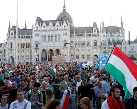 """10 хиляди протестират в Будапеща срещу властта, превръщаща медиите в """"пропагандната машина"""""""