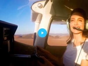 Анджелина Джоли полетя над пустинята на Намибия ВИДЕО