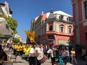 Дълго хоро се изви в центъра на Пловдив! Гайда и тъпан озвучиха Главната ВИДЕО