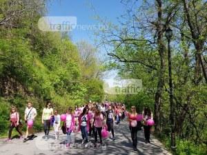 Десетки души тръгнаха на поход към Асенова крепост, хванаха се и на хоро СНИМКИ
