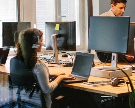 Колко е средната заплата в аутсорсинг сектора, в който работят 50 000 души у нас