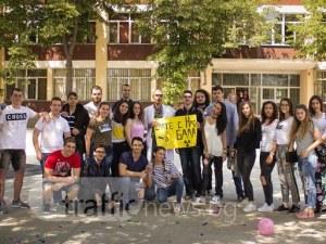 Шампанско, конфети и димки! Ученици от Английската изненадаха своя любим класен СНИМКИ и ВИДЕО