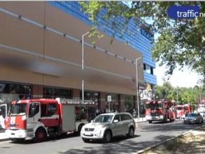 Евакуират Мол Марково тепе, пожарникари нахлуват в търговския център