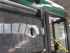 Футболни фенове изпотрошиха автобус на градския транспорт след дербито
