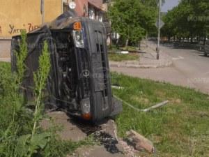 Зрелищна каскада: Кола отнесе пътен знак, завъртя се и се обърна СНИМКИ