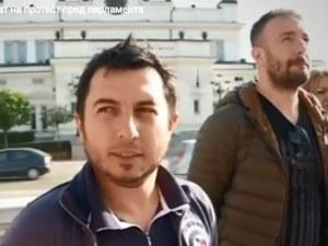 Родители излязоха на протест пред парламента, погребаха символично бъдещето на България