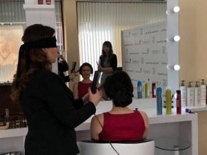За първи път! Пловдивска стилистка направи прическа със завързани очи ВИДЕО и СНИМКИ