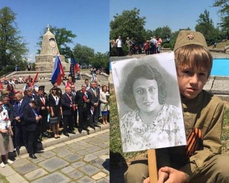 Стотици се качиха на Альоша, за да напомнят за безумната война и за подвига СНИМКИ+ВИДЕО