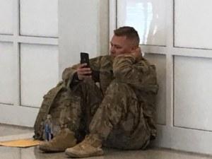 Снимка на войник разтопи сърцата на хиляди във Фейсбук