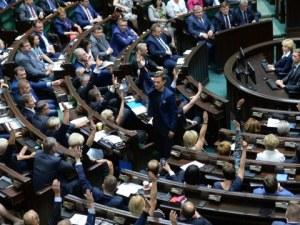 Депутатите в Полша сами си намалиха заплатите, нашите - не