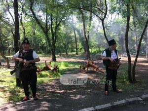 Със залп от три черешови топчета стартира третият Народен събор в Пловдив СНИМКИ