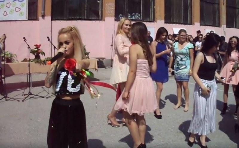 Сузанита се изяви в училище! Пя на изпращането на абитуриентите от Яворов ВИДЕО