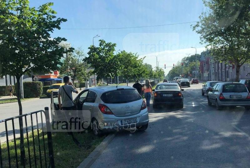 Старозагорска кола отнесе ограда в Пловдив след удар с хасковски автомобил СНИМКИ