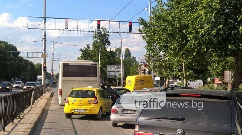 Зверско задръстване на оживен булевард причини закъсал автомобил СНИМКИ