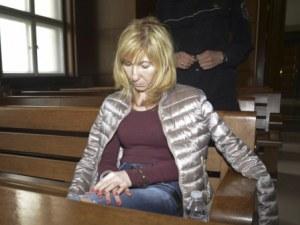 Докараха заловената с подкуп общинарка с белезници в съда, решават дали ще остане в ареста