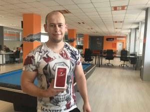 Младеж получи чисто нов айфон 8 само с едно селфи с пловдивски бисквити ВИДЕО и СНИМКИ