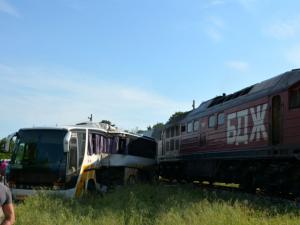 Влак помете автобус с работници, четирима са пострадали СНИМКИ