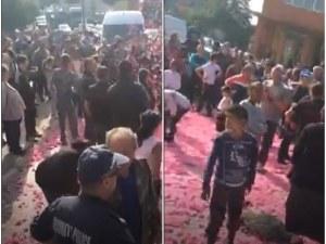 Бунт в Розино: Цвят от рози, хора и багери блокираха главната улица в селото ВИДЕО