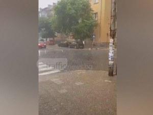 Градушка помля Асеновград, пълно е с вода и паднали клони  ВИДЕО
