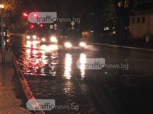 Проливният дъжд превърна улиците в реки ВИДЕО