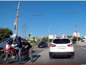Шофьор удари велосипедист на зебра и тръгна да бие... мотоциклетист ВИДЕО