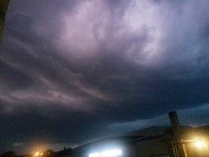 Светкавици раздират небето над Пловдив, цяла нощ ще вали