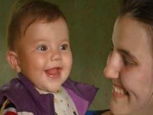 Доброволци помогнаха на майка с 8-месечно бебе, останали на улицата ВИДЕО