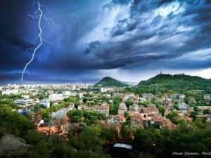 Жълт код за опасно време в Пловдив! Връхлитат ни порои и гръмотевици