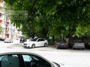 Шофьор с лъскаво БМВ със сложна маневра – успя да заеме целия тротоар СНИМКА