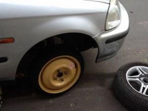 Внимавайте! Обраха шофьор, докато сменя спукана гума на Е-79