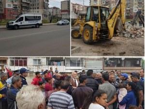 Багери, полиция и стълпотворение на хора в Столипиново! Бутат наред незаконни постройки ВИДЕО и СНИМКИ