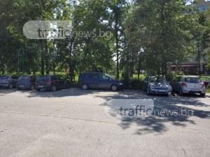 Странно паркиране 1 в 3 на Гребната база СНИМКА