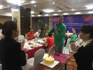 Торта и букет за ЧРД на пловдивски волейболен национал в Китай