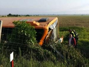 Автобус се обърна на АМ Тракия, има тежко пострадал ВИДЕО