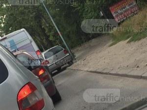 Пловдивска кола за малко да откъсне ръката на пасажер, шпорила по тротоара СНИМКА