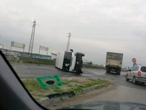 Бус се обърна на пътя за село Труд СНИМКА