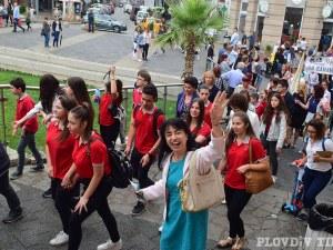 Дъждът не спря шествието за 24 май ВИДЕО И СНИМКИ