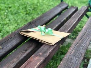 Пловдивски парк осъмна с книги по пейките СНИМКИ