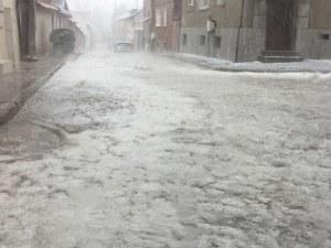 Проливен дъжд и градушка връхлетяха Панагюрище СНИМКИ+ВИДЕО