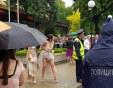 Френски шик и голи крака в дъжда пред Тримона СНИМКИ