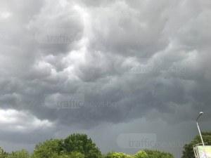 Бурята удари Пловдив! Проливен дъжд с гръмотевици се изсипва над града СНИМКИ и ВИДЕО