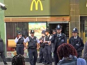 """Въоръжен мъж е взел заложници в """"Макдоналдс"""" в Лондон"""