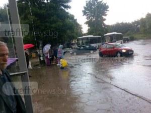 Човещина? Не и от шофьори на автобуси, оставили възрастни пловдивчани под пороя СНИМКИ