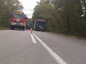 Камион се обърна на Ришкия проход, движението е спряно