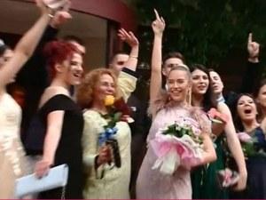 Тита абитуриентка! Ето как отиде на бала си певицата ВИДЕО