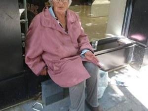 Зов за помощ! Възрастна жена си няма дом и близки, живее на Централна гара