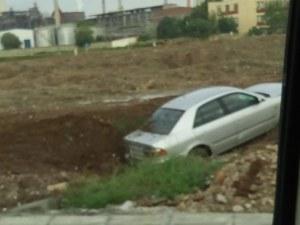 Хеттрик абсурд! Още една кола се размаза в калта до КЦМ СНИМКИ