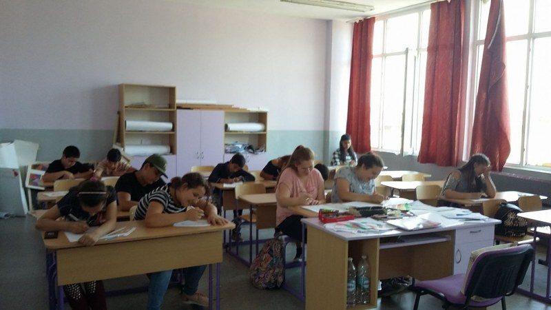 Млада учителка от Пловдив превърна училище в галерия СНИМКИ
