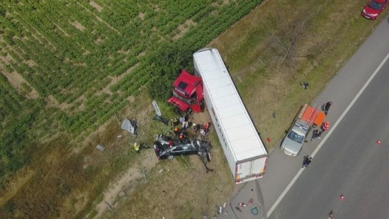 Половината кола, ударена от тир край Пловдив, липсва СНИМКА с дрон