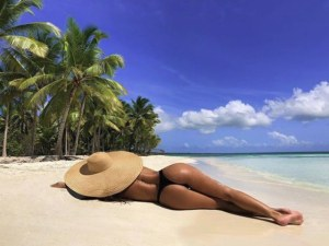 Николета Лозанова с неприлични пози на плажа